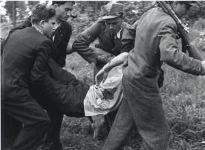 Реконструкція. Січовики несуть пораненого. Квітень 1939 р. Словаччина