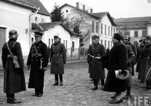 Реґент Угорщини адмірал Міклош Горті приймає звіт офіцера. Мукачево, 18 березня 1939 р. Фото Вільяма Вандіверта.