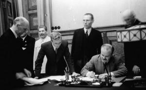 Підписання В'ячеславом Молотовим Пакту про ненапад між СРСР і Німеччиною 23 серпня 1939 року