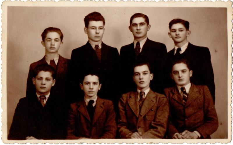 Гімназисти Іван Семедій, Іван Марґітич (стоять зліва), Василь Маркусь (сидить третій зліва) з однокласниками. Хуст, 28 січня 1940 р.