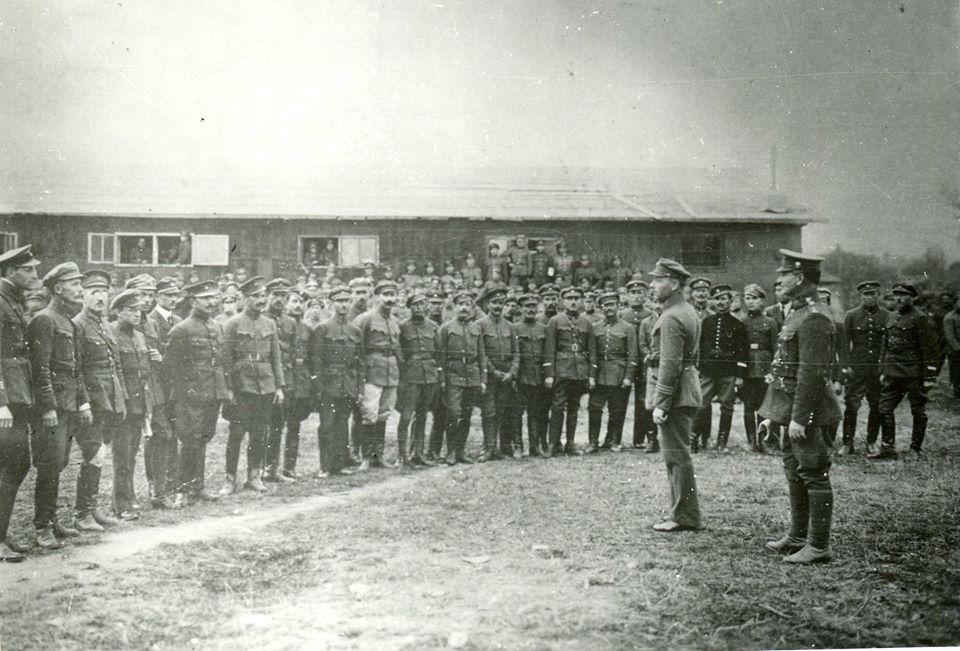 Інтерновані вояки УГА в Ужгороді. Перед строєм стоїть начальний командант УГА (1918) і віце-консул ЗУНР в Ужгороді (1921–1923) полковник Гнат Стефанів.