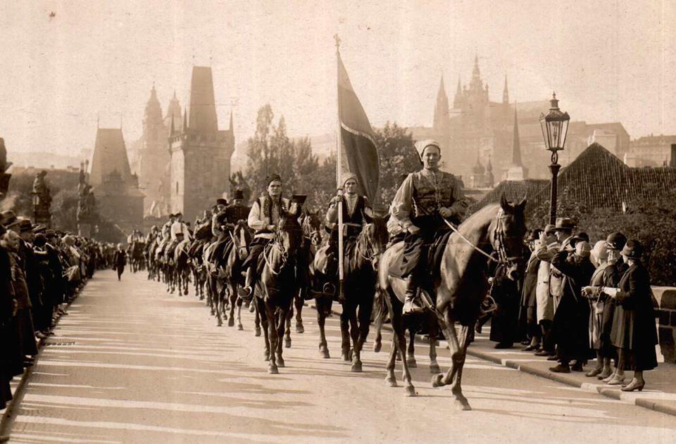 """Кінний відділ ясінської """"Січі"""" на чолі з Дмитром Климпушем під час святкування тисячоліття св.Вацлава у Празі. Українці пройшли маршем у козацьких і гуцульських одностроях. 28 вересня 1935 року."""