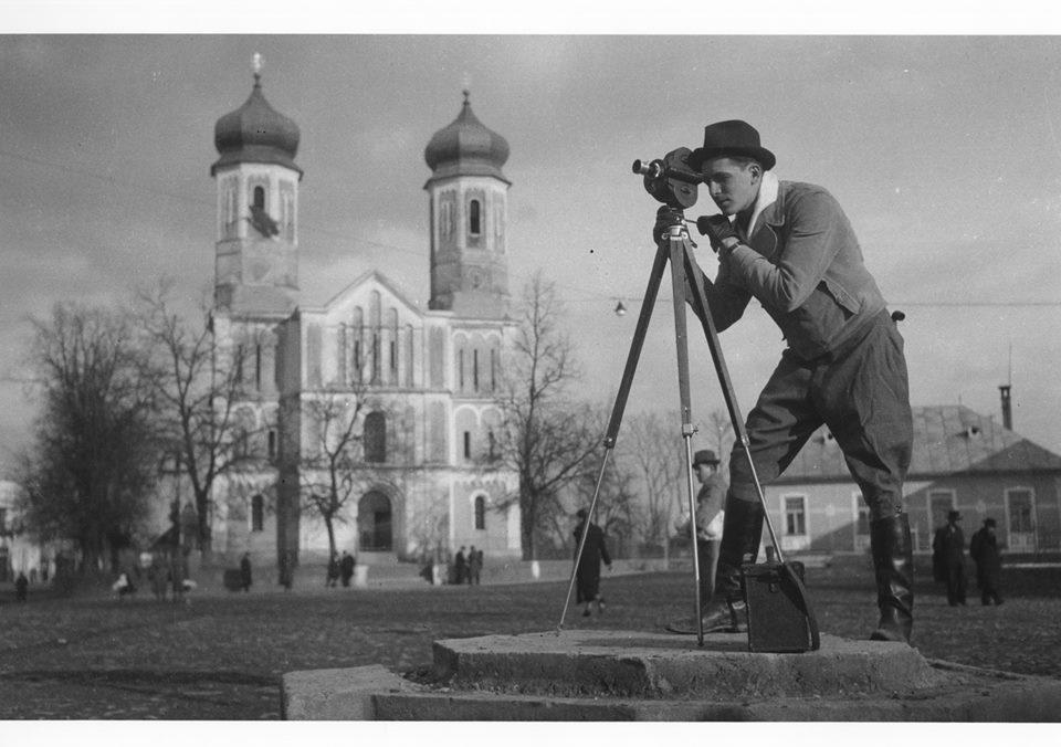 Оператор Петро Лисюк під час зйомок фільму «Трагедія Карпатської України» в Хусті. 1939 рік.