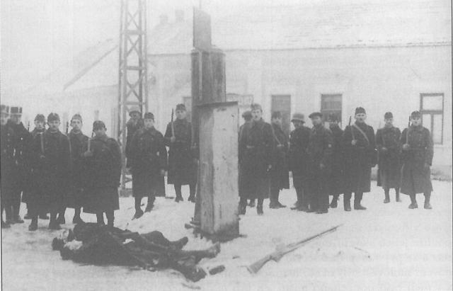 Угорські гонведи біля тіл загиблих чехословацьких вояків Ілька Колячука та Франтішка Вистрчіла після бою у Росвигові. 6.01.1939