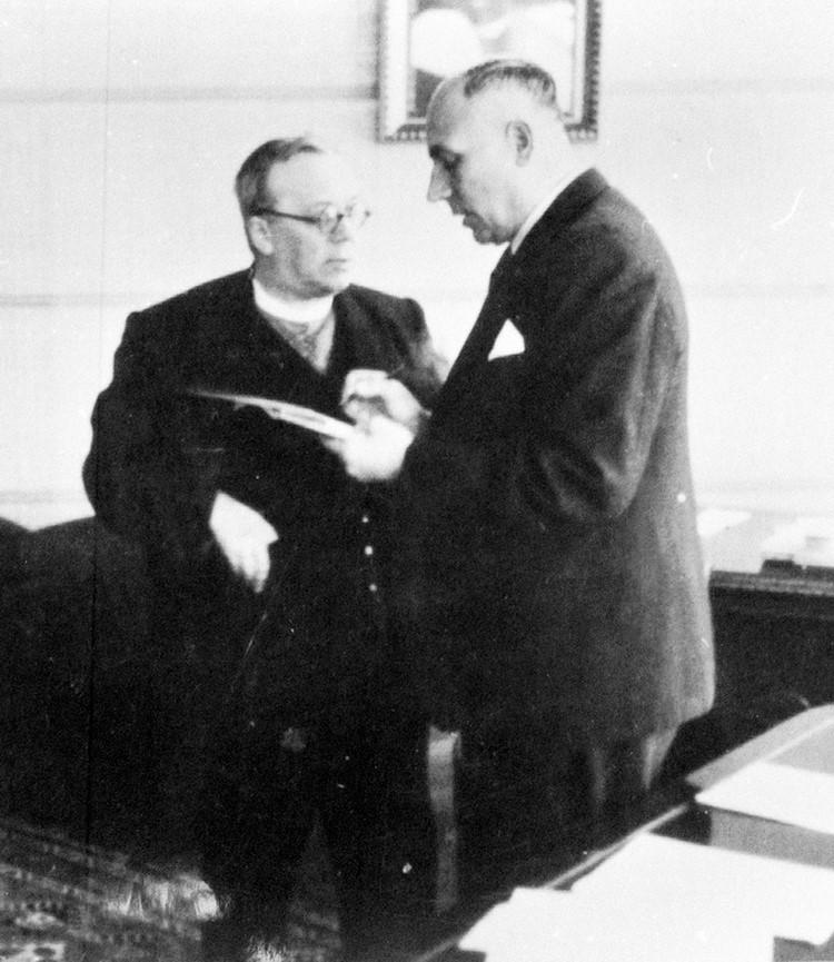 Прем'єр-міністр Карпатської України Августин Волошин із радником Михайлом Кочерганом у робочому кабінеті. Хуст, 1939 рік