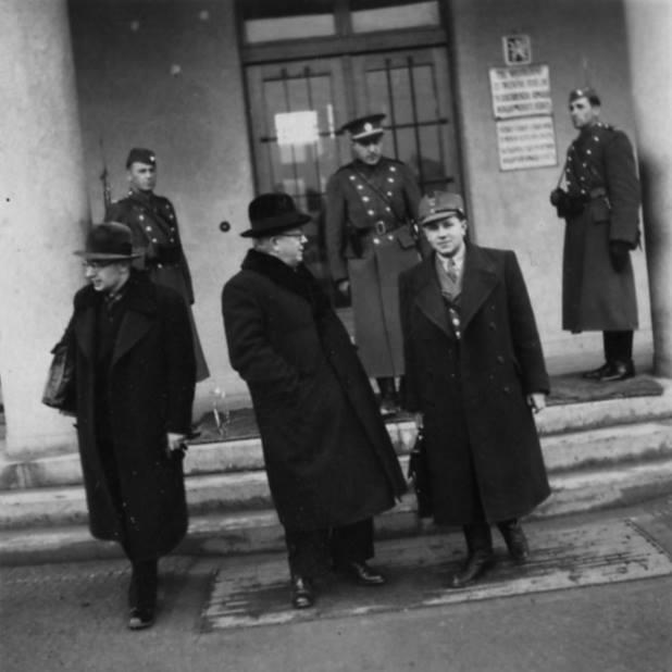 Прем'єр Августин Волошин із особистим секретарем Іваном Рогачем (праворуч) і юридичним радником Августином Дуткою (ліворуч) біля будівлі уряду в Хусті. 1939 рік