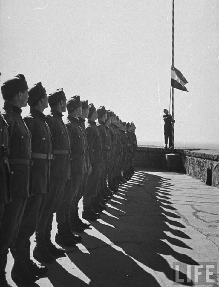 Угорські солдати під час підняття угорського прапора на Мукачівському замку. Листопад 1938-го