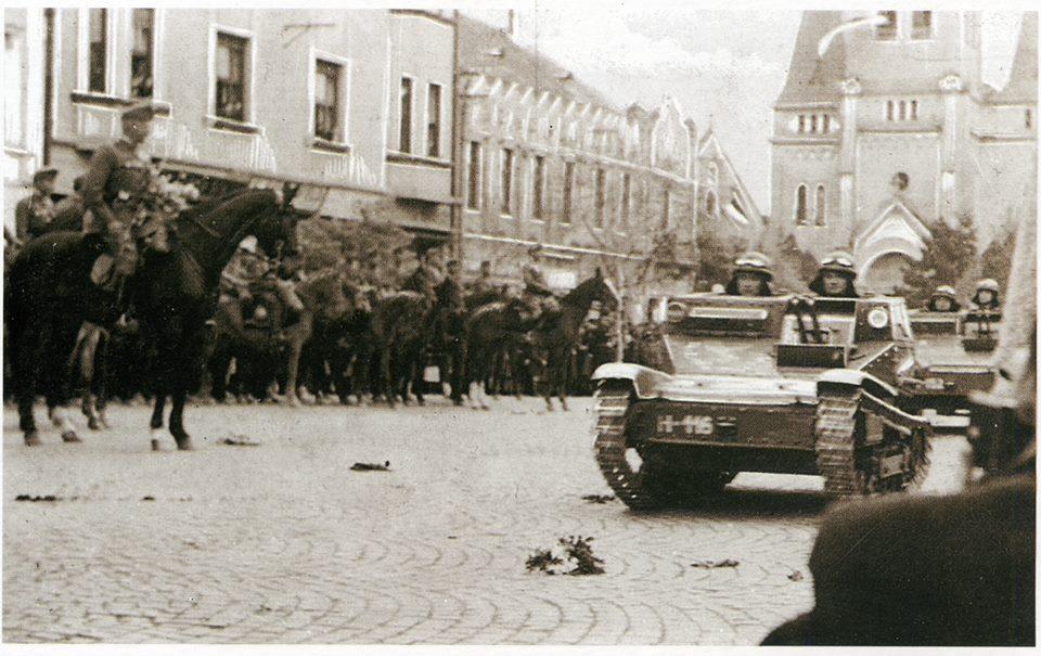 Угорські танкетки на вулицях Мукачева.Листопад 1938 року