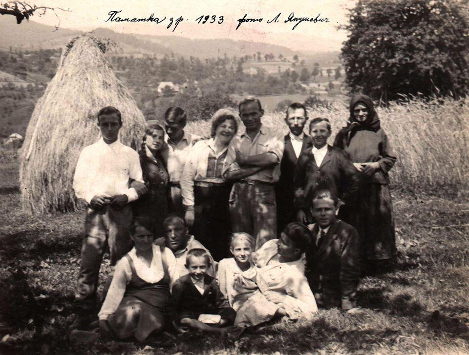 Улас Самчук серед селян із Голубиного Свалявського району (1933)