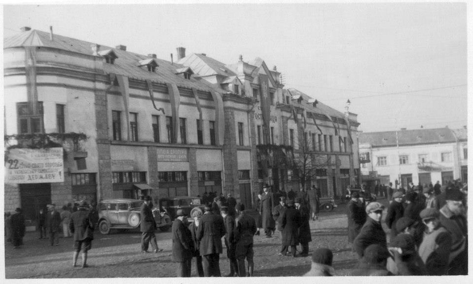 """Січова гостинниця в якій містилася штаб-квартира Карпатської Січі. Надпис на плакаті: """"22 січня – свято боротьби за Українську Самостійну Соборну Державу"""""""