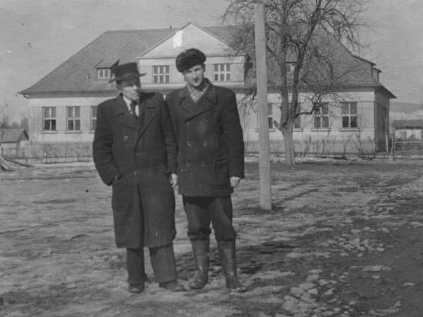 Учителі П. М. Світлик та П. В. Боїшко на подвір'ї школи. Білки, 1953-1954 н. р
