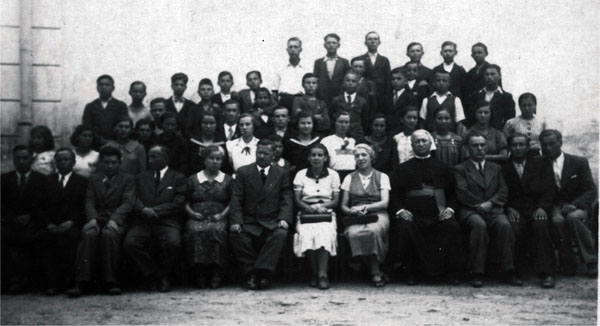 Випуск Білківської горожанської школи 1937 року.Другий зліва у першому ряду - Петро Світлик