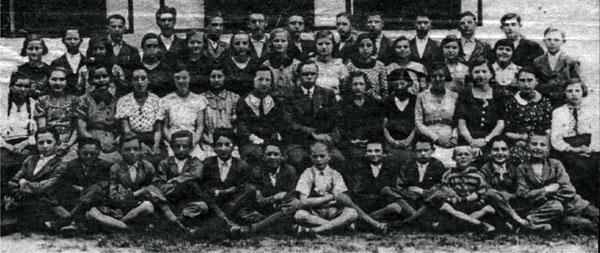 Петро Михайлович Світлик (у центрі) серед вихованців Білківської горожанської школи. 1936 рік. Серед вихованців - проф. В. Гомоннай