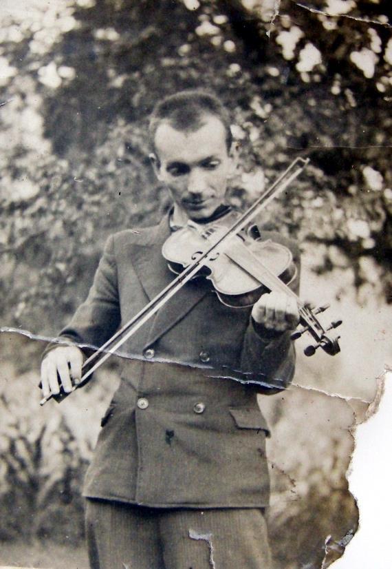 Марко Бараболя зі скрипкою в Требушанах