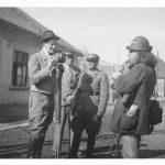 Петро Лисюк (з фотоапаратом) на вулиці в Хусті. Незадовго перед загибеллю 14 березня 1939